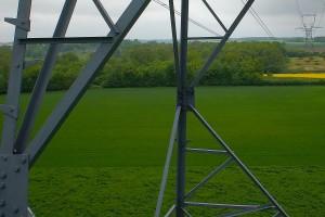 inspection aérienne par drone d'un pylône (détail)