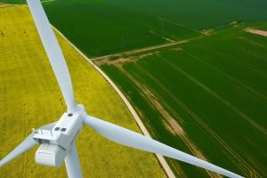 photo aérienne d'une éolienne pour inspection par drone