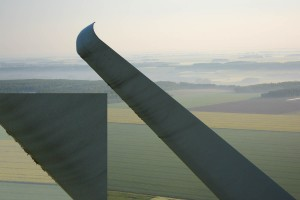 photo aérienne : contrôle d'une pale d'éolienne par drone
